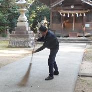 地元の神社での清掃は代表のライフワーク