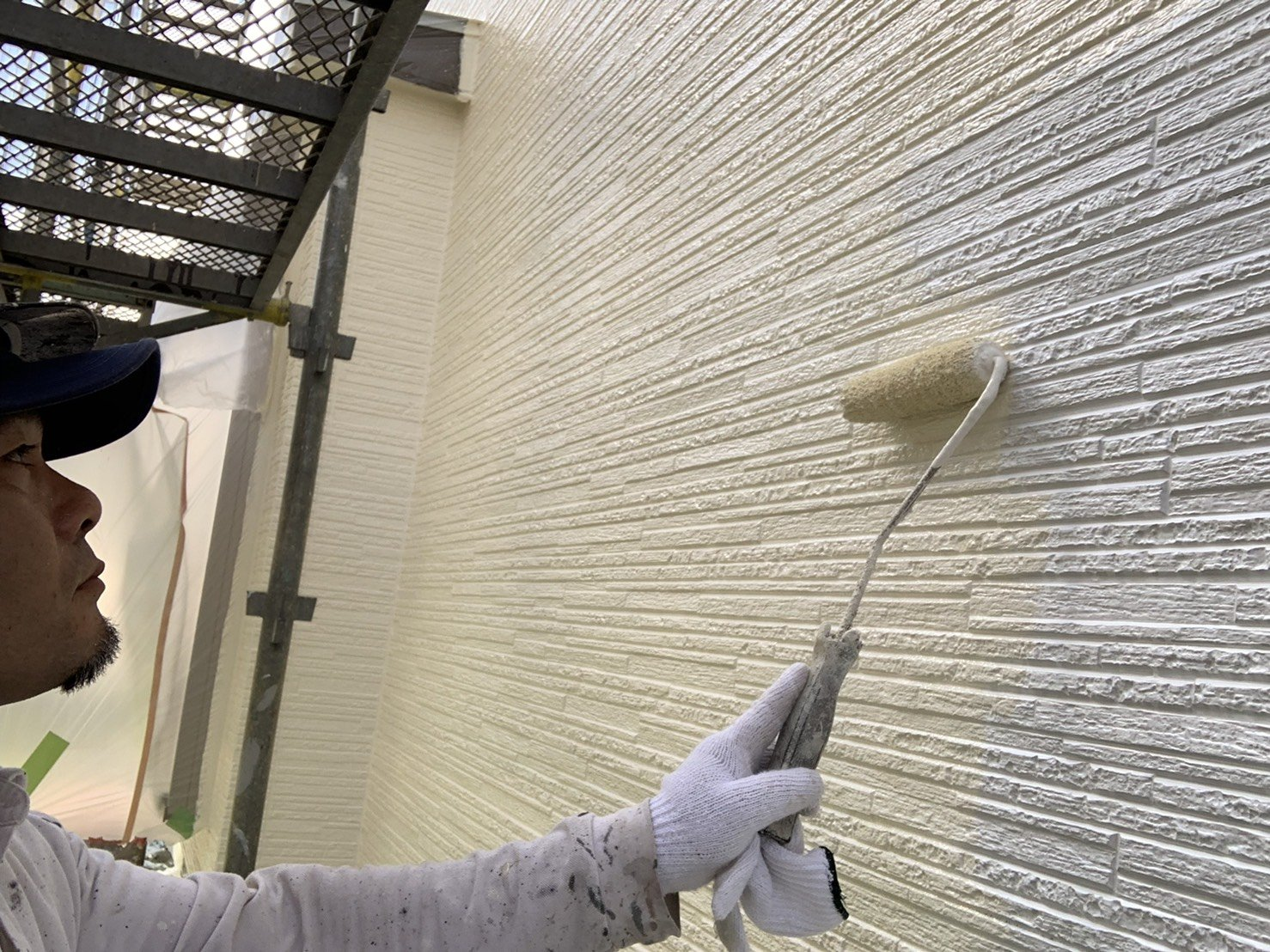 福岡県古賀市I様邸施工5日目外壁中塗り上塗り付帯塗装作業