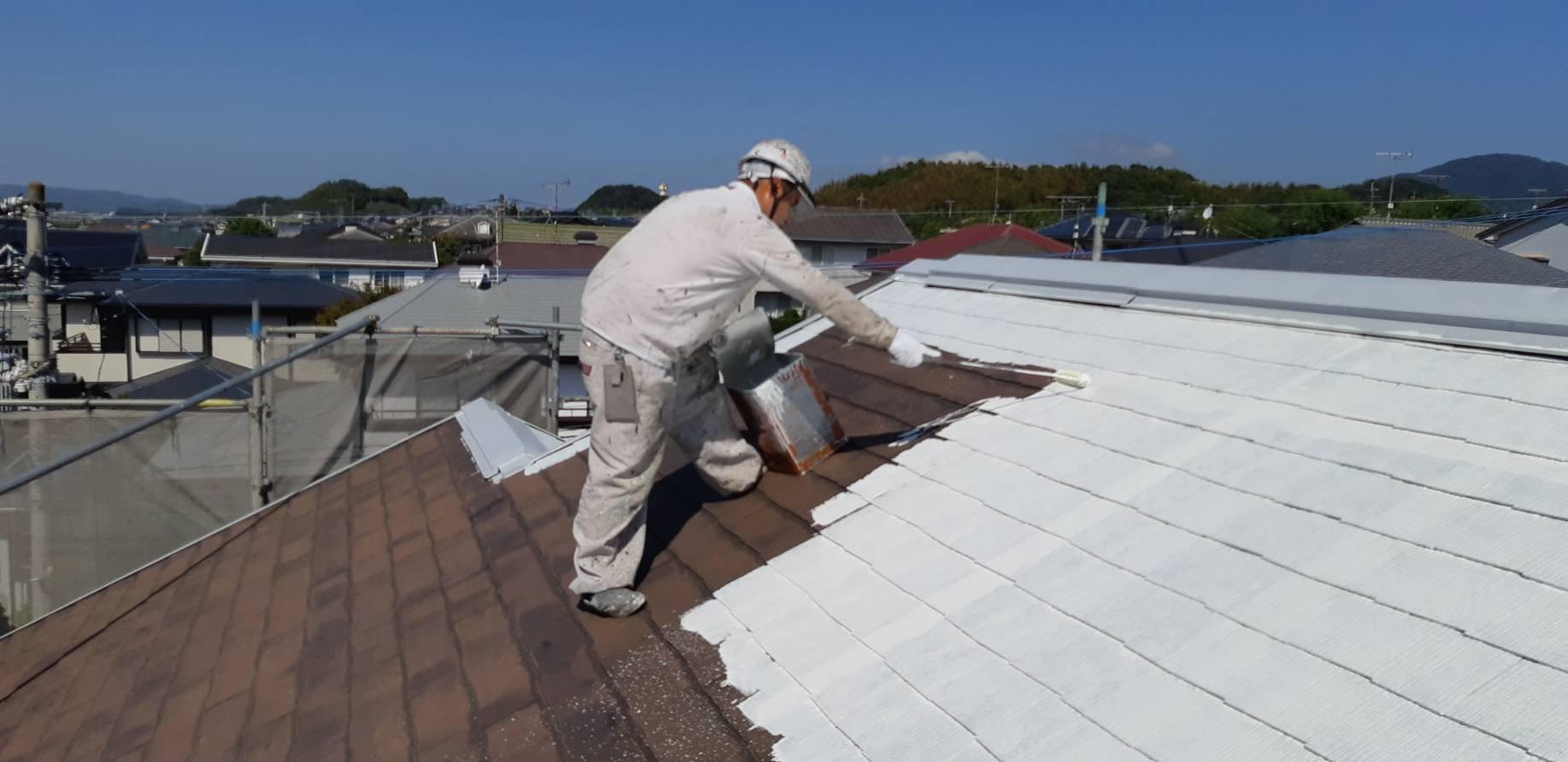福岡県宗像市K様邸施工3日目屋根下塗り縁切り外壁下塗り作業