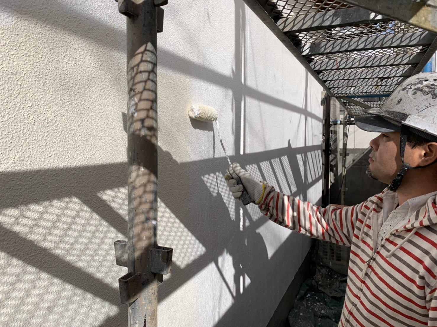 福岡県糟屋郡宇美町H 様邸施工3日目外壁下塗り軒天塗装作業
