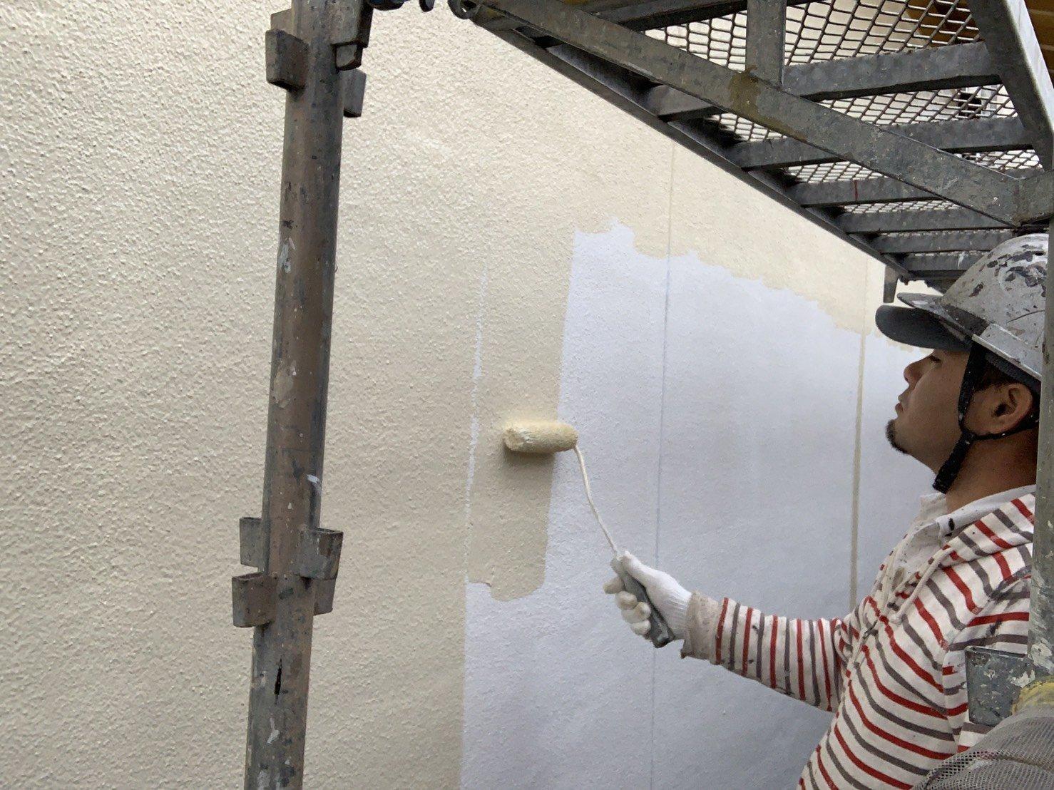 福岡県糟屋郡宇美町H 様邸施工4日目中間検査外壁中塗り付帯塗装作業