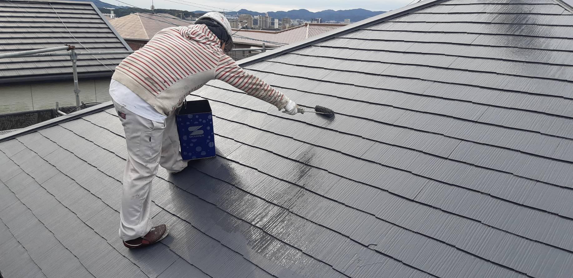 福岡県宗像市三郎丸M様邸施工4日屋根上塗り外壁中塗り作業