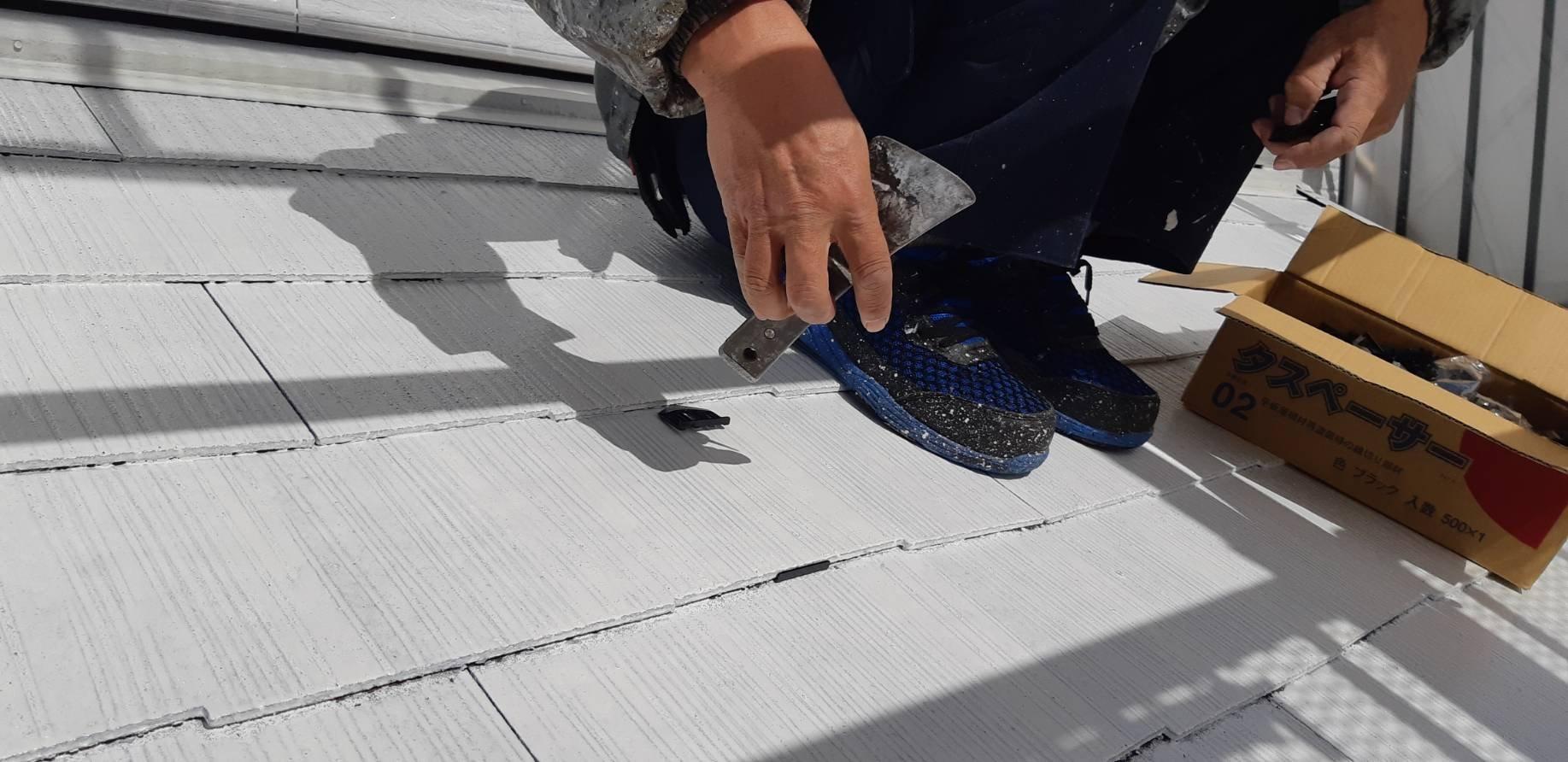 福岡県北九州市八幡西区T様邸施工3日目屋根縁切り軒天塗装外壁下塗り作業