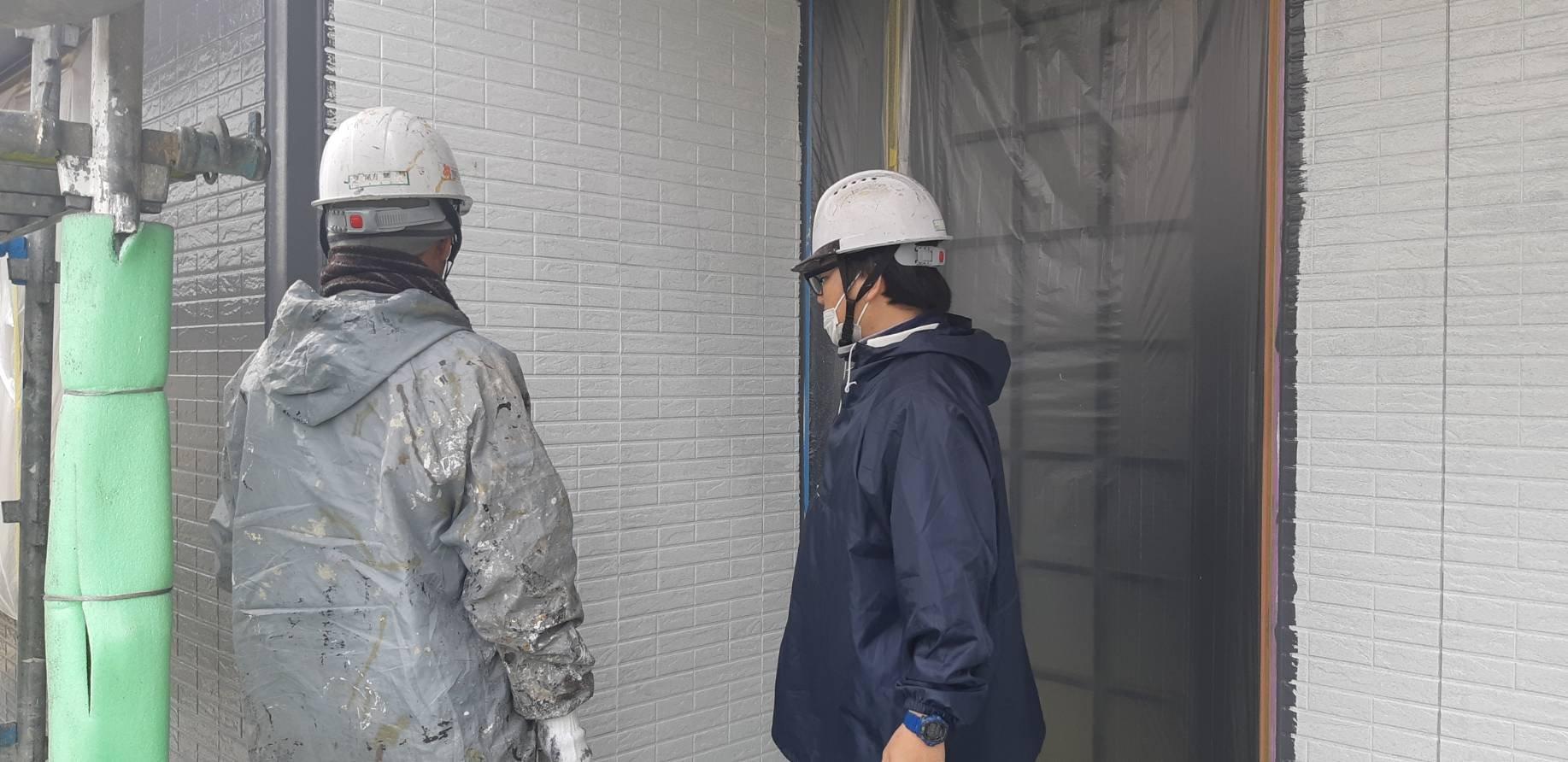 福岡県北九州市八幡西区T様邸施工4日目中間検査外壁中塗り作業