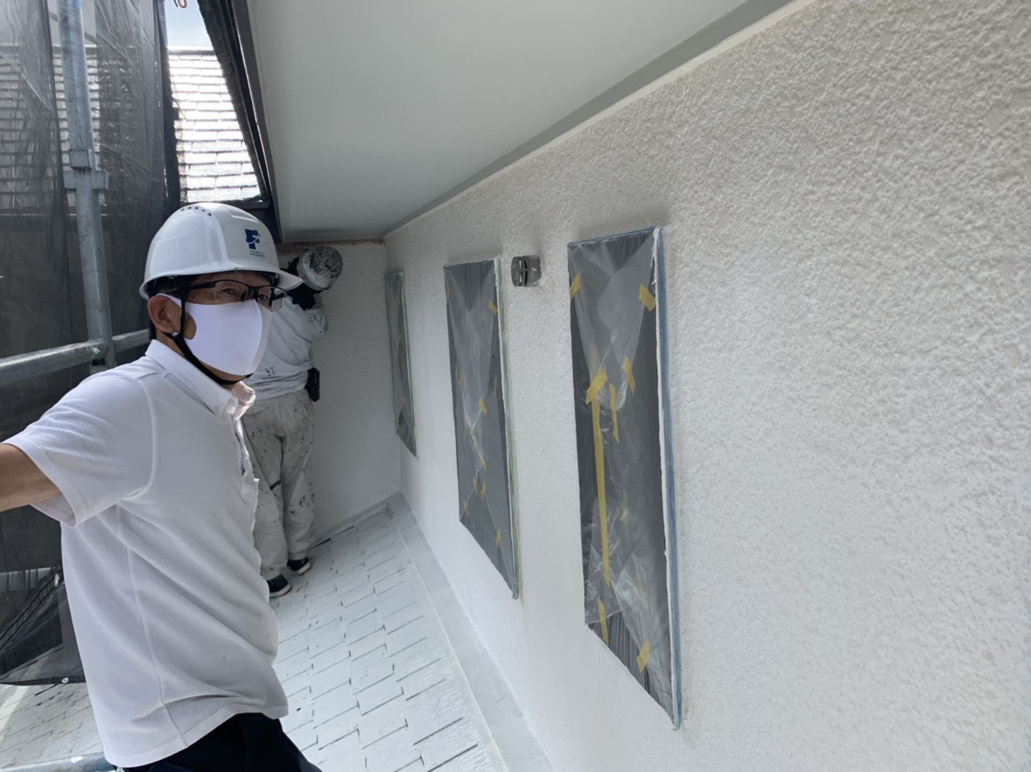 宗像市泉ヶ丘M様邸施工7日目中間検査屋根上塗り外壁中塗り作業