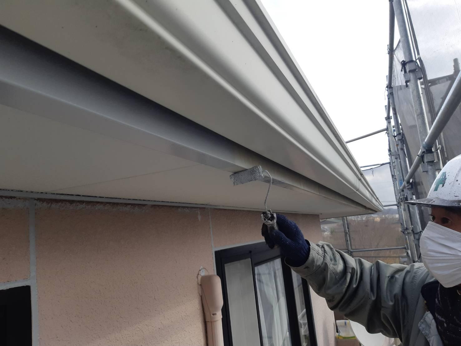 宗像市城西ケ丘T様邸施工2日目よろしくサビ止め付帯塗装屋根下塗り作業