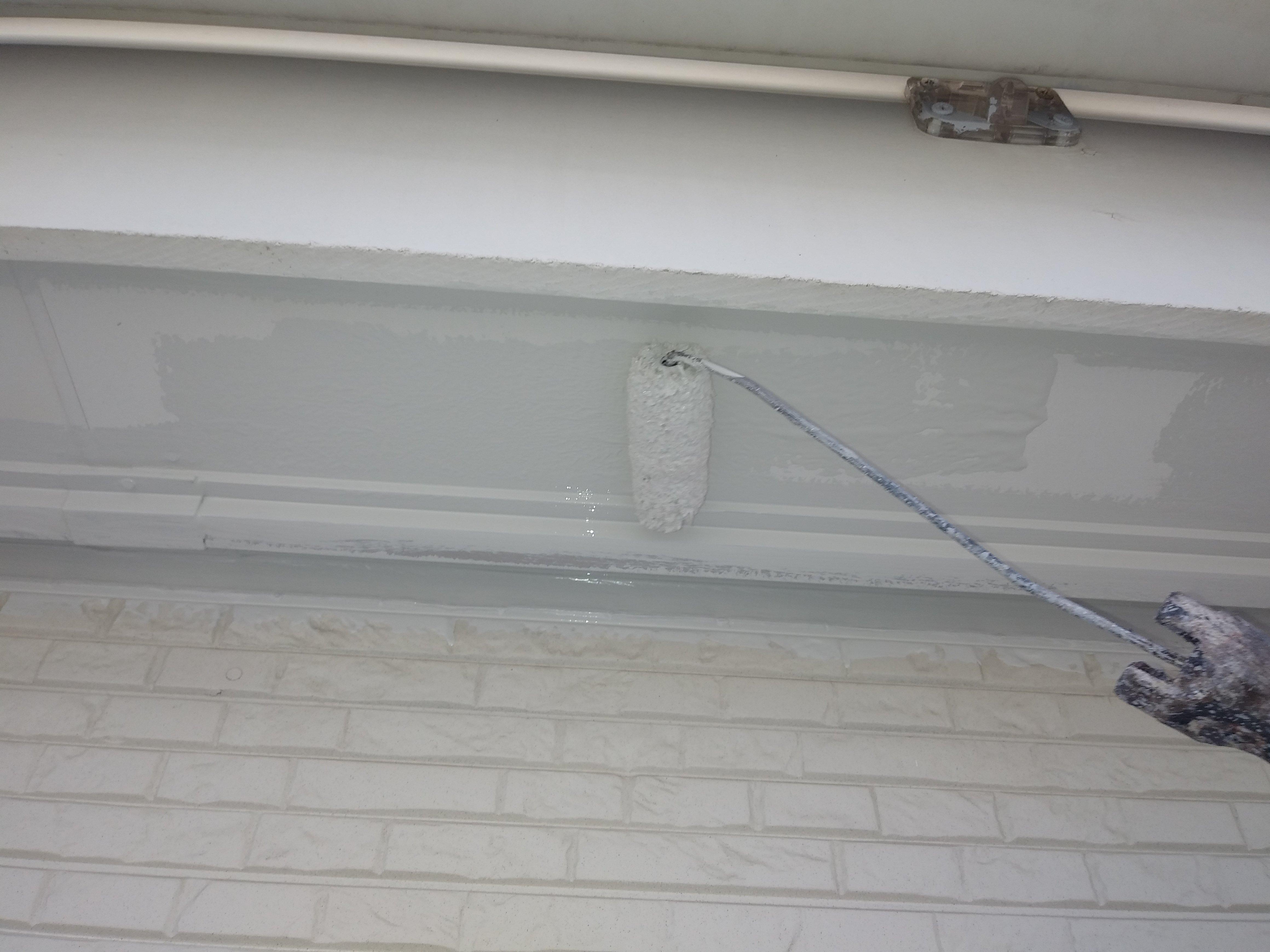 福岡県福津市N様邸施工3日目軒天塗装外壁下塗り作業