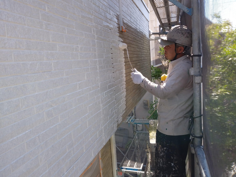 福岡県福津市N様邸施工4日目外壁下塗り中間検査外壁中塗り作業